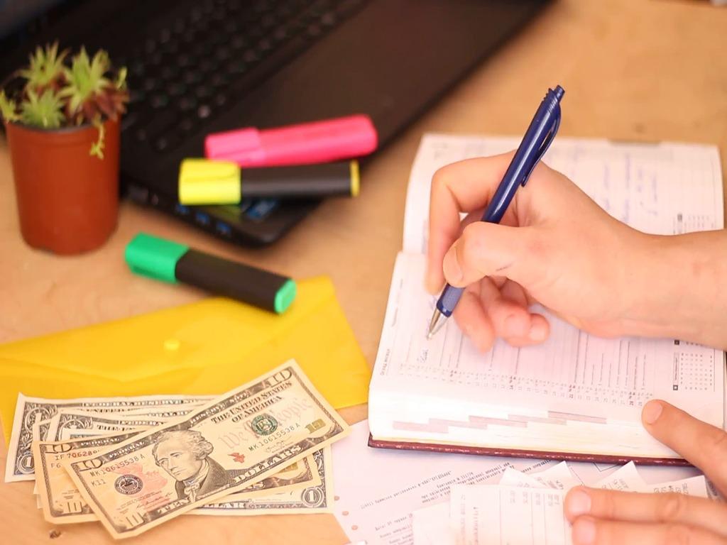 منظور از برنامه¬ریزی مالی ، برنامهای است که کلیه درآمدها را برآورد کرده و متناسب با مخارج، برای رفع نیازها در یک مدت زمان تعیین شده، اهدافی را تعیین کند.